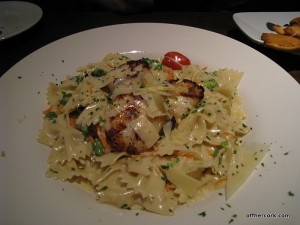Scallops and pasta with garlic cream sauce
